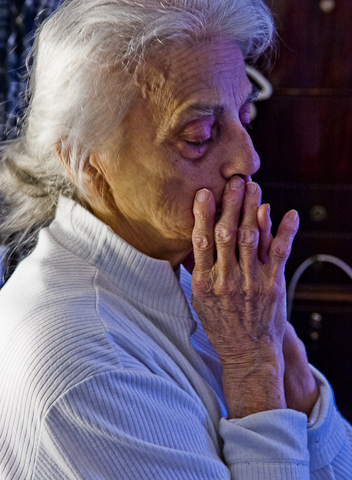 Anguish: elderly woman, a victim of bullying